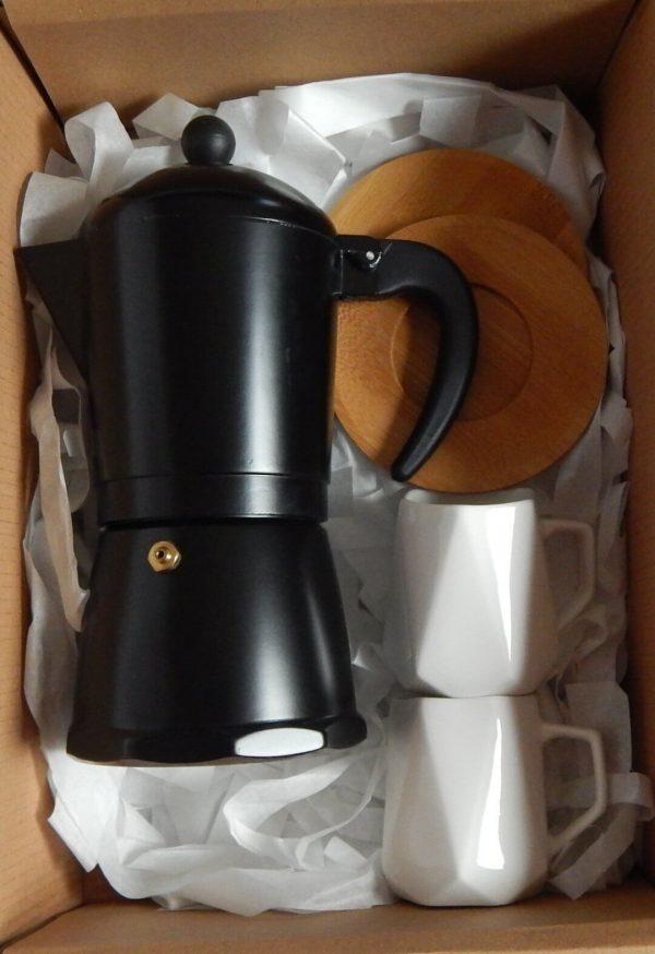 cafetera italiana y tazas expresso